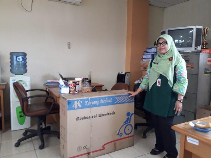 Kasatpel Sosial Kec. Jagakarsa, Titin Sumarni dan bantuan kursi roda untuk warga kurang mampu